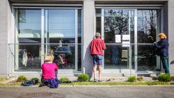 Ontroerend: vrouw picknickt twee keer per dag aan raam van dementerende partner in zwaar getroffen woonzorgcentrum