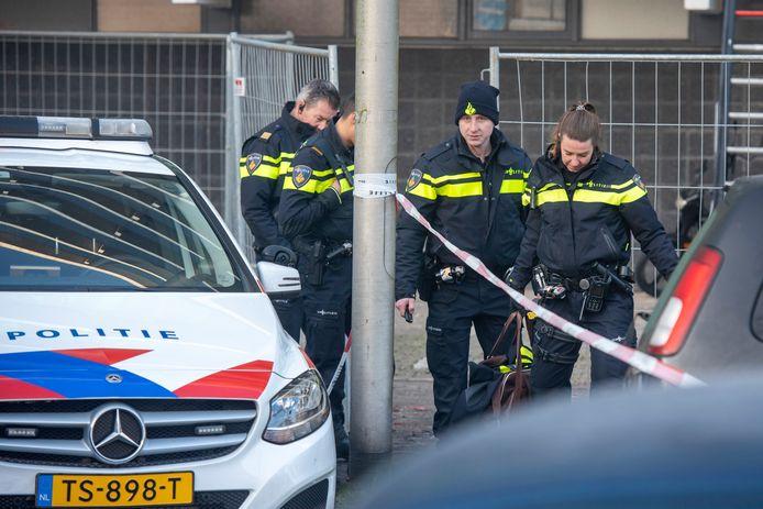 Agenten bij de flat aan het Gelderseplein in Arnhem, waar tijdens de jaarwisseling een man en zijn zoon omkwamen bij een brand.