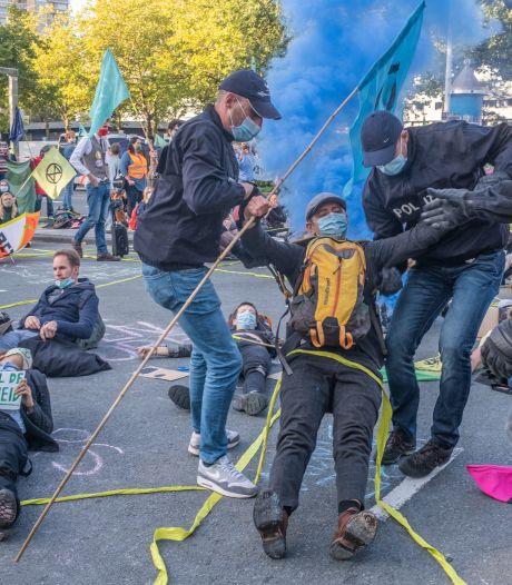 Politie verwijdert betogers Extinction Rebellion bij blokkade