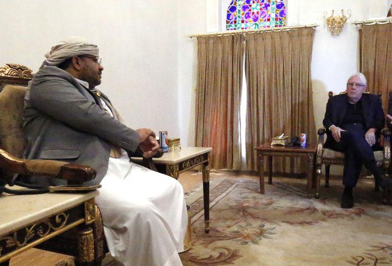 Martin Griffiths in gesprek met Houthi-leider Mohammed Ali al-Houthi in Sanaa, eind vorige maand.