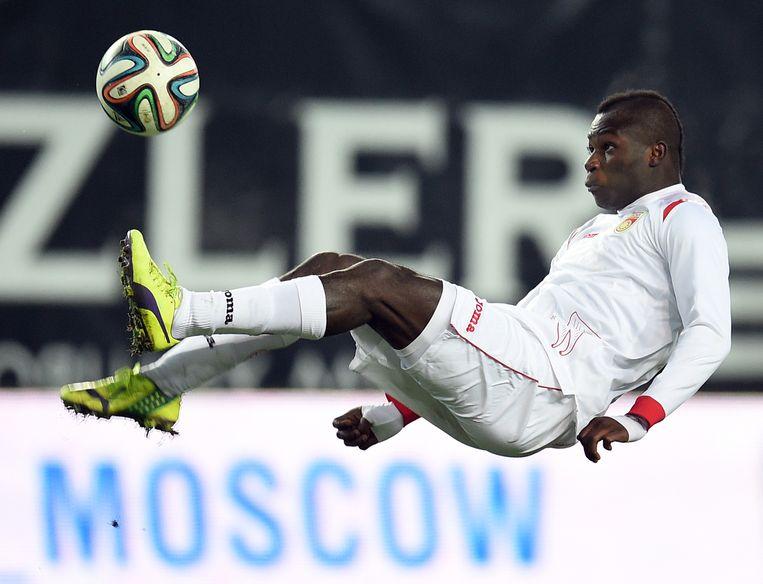 Emmanuel Frimpong van FK Oefa werd in juli racistisch bejegend door een fan van Spartak. Toen Frimpong hem de middelvinger toonde, kreeg de speler rood. Beeld getty