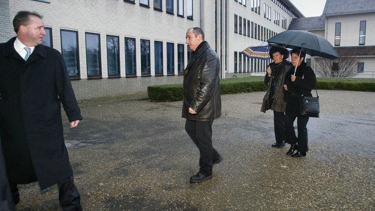 De dochter (rechts) van het vermoorde echtpaar Zwakhalen en moeder van de 9-jarige Audrey komt in 2004 samen met een schoonzus en een zwager van de slachtoffers en hun raadsman, mr. Stassen (links) aan bij de rechtbank in Maastricht. Beeld anp