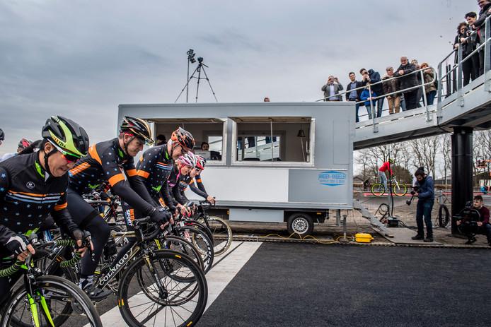 Opening wielerexperience Roosendaal. Foto: start openingsrit met Leontien van Moorsel.  Foto: Tonny Presser/Pix4Profs -
