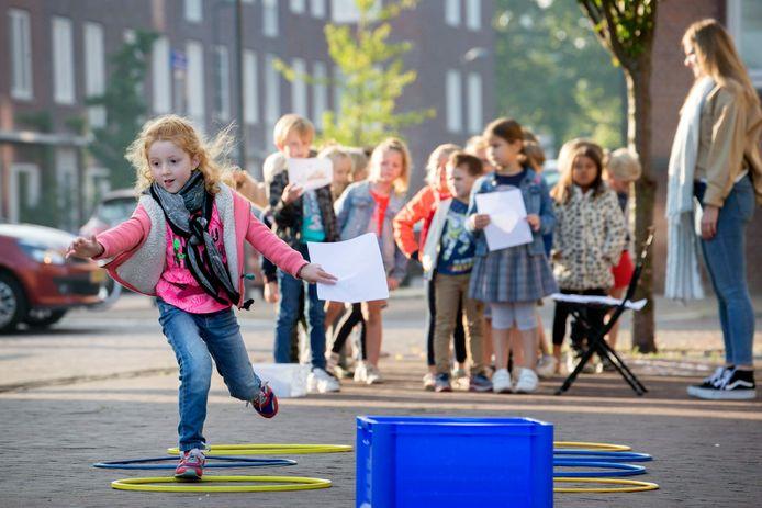 Kinderen van groep 3 van basisschool St. Joseph in Breda doen enthousiast mee aan de Landelijke Buitenlesdag.