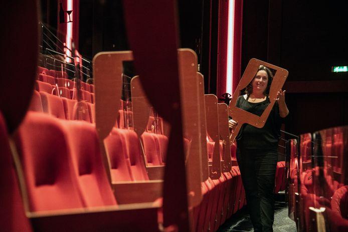 Directeur Teddy Vrijmoet van De Lindenberg toont de plexiglas schermen die bezoekers zelf tussen twee stoelen kunnen plaatsen.