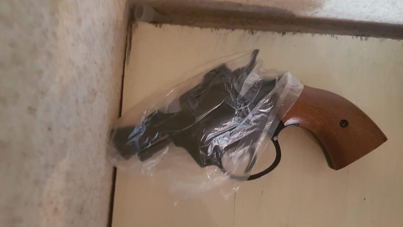 De politie trof tijdens doorzoekingen ook een pistool aan.