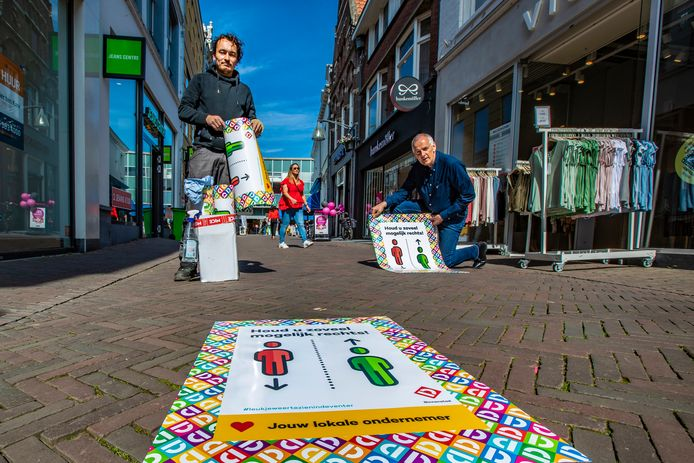 De vrijdagse koopavond is een van de 'anderhalvemeter-maatregelen', zo meldt Deventer binnenstadsmanager Peter Brouwer (rechts)