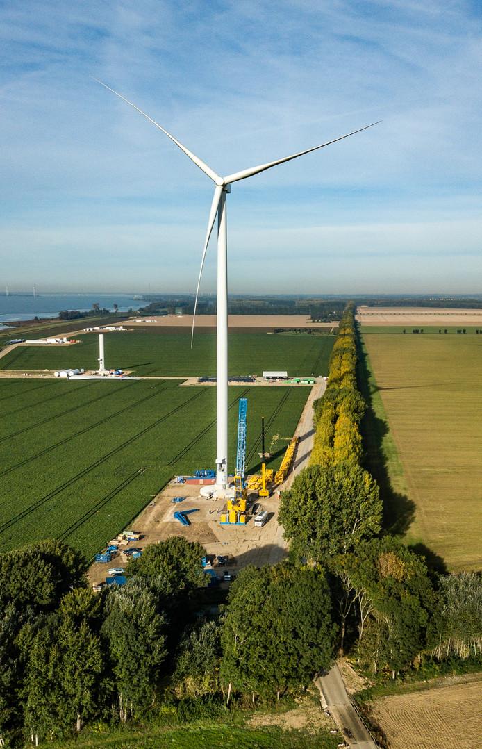 De eerste van de negen windturbines staat.