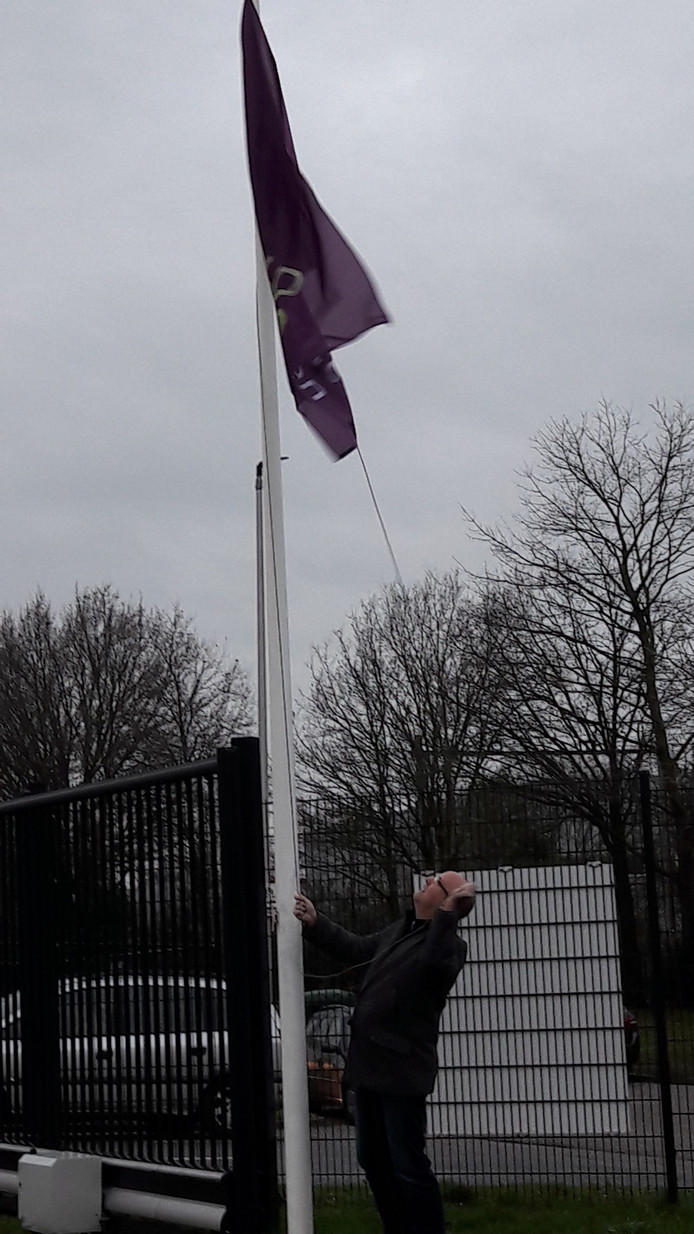 De vlag van  Rucphen gaat omhoog.