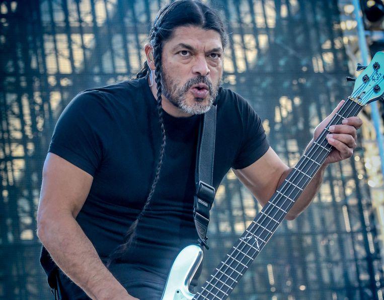 Het nummer werd gezongen door bassist Robert Trujillo.