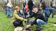Ouders planten boom in geboortebos