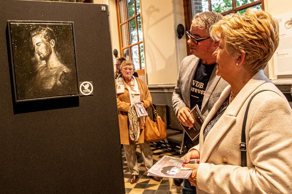 Stijn Vanderhaeghe en Chantal Vanruymbeke bij het werk van Giovanni Winne.