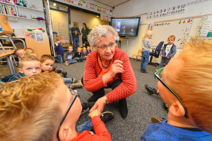 Oud-collega Klazien Das (77) bezoekt basisschool De Vest in Hoogeloon.