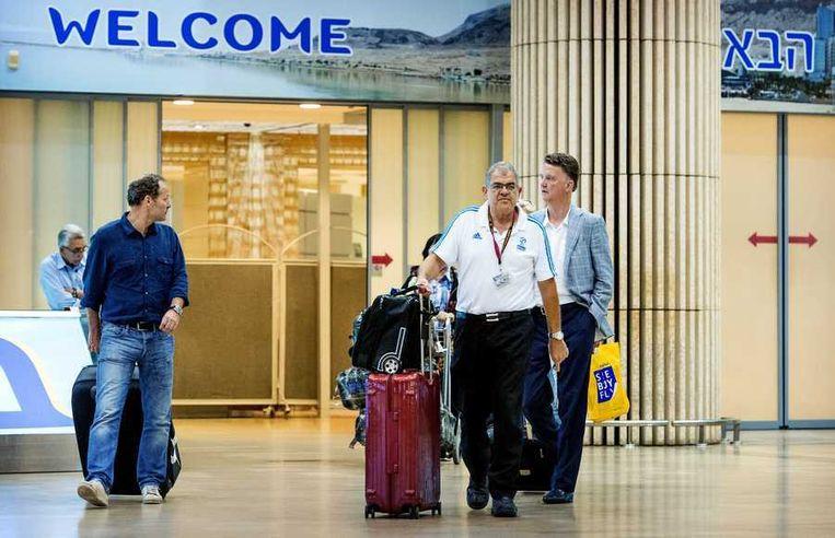 Louis van Gaal (rfechts) komt samen met zijn assistent Danny Blind (links) aan op de luchthaven Ben Gurion van Tel Aviv. Beeld anp