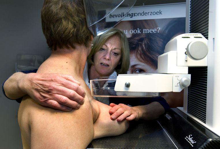 Een vrouw laat een mammografie maken van haar borsten. Beeld anp