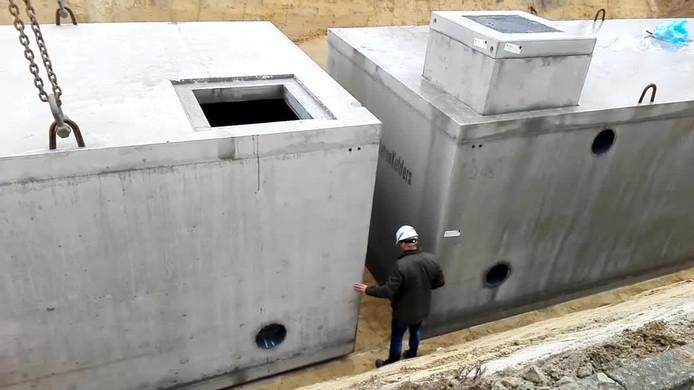 Met de plaatsing van twee immense waterkelders is Zwembad De Veldkamp weer een stap dichter bij de realisatie van duurzame verwarming gekomen.