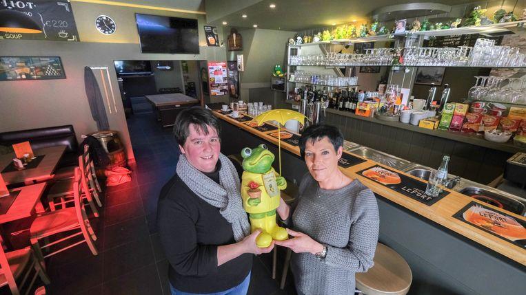 Barbara Hoorelbeke (links) 'geeft de kikker door' aan Ilse Six, die op 1 juli de nieuwe uitbaatster wordt van De Groene Kikker.