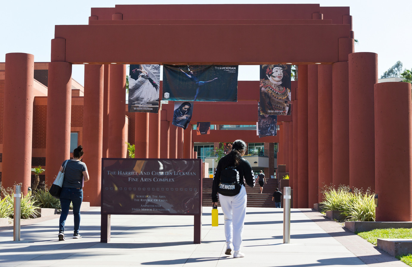 Studenten op het Harriet and Charles Luckman Fine Arts Complex van de California State University in Los Angeles.