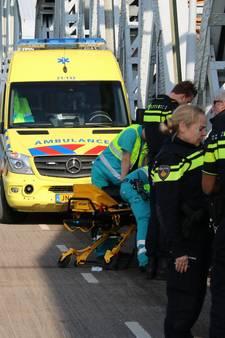 Fietsster gewond bij botsing met scooterrijder op brug in Grave