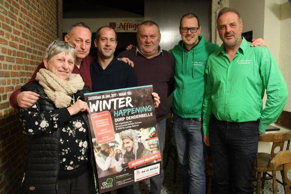 De organisatoren van de Winterhappening tonen hun affiche.