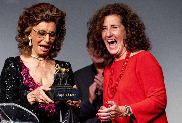 Sophia Loren ontvangt uit handen van minister Ingrid van Engelshoven (OCW) de Grand Acting Award van Film by the Sea. Beeld ANP