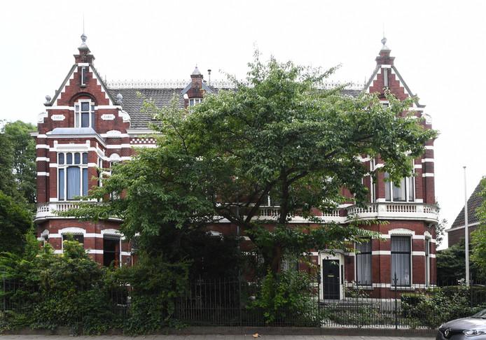 Beide naast elkaar gelegen villa's zijn Rijksmonument, plan is om er een boetiekhotel van te maken.