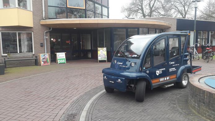 De elektrokar bij de ingang naar het stembureau in zorgcentrum Antoniushove in Lichtenvoorde.