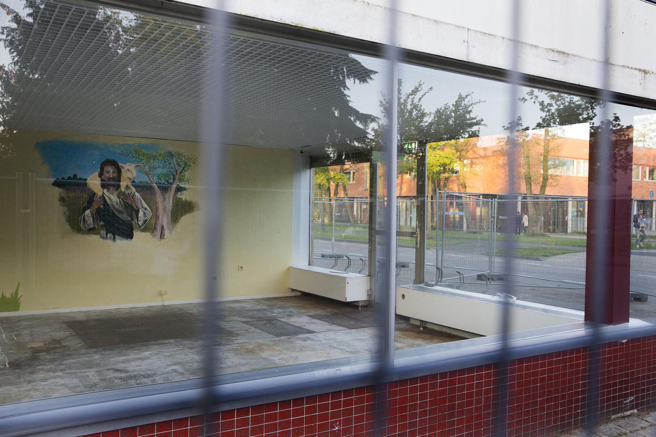 Het winkelcentrum in Ede dat gesloten is tegen de zin van rellende jongeren.