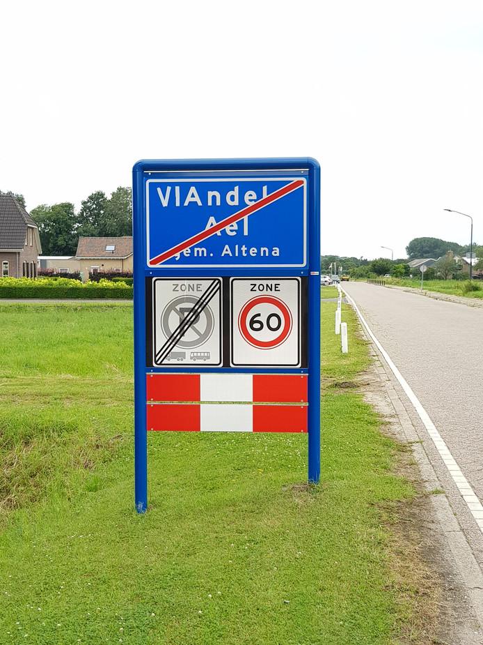 De gemeente Altena is op de hoogte van de ludieke actie. En belooft de letters 'vi' weer weg te zullen halen.