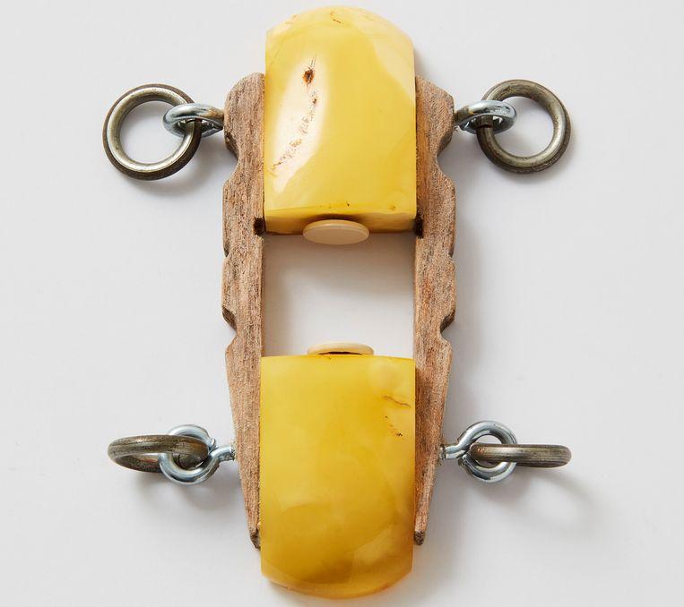 De 'Bugatti-ring' van Onno Boekhoudt uit 2001. Het is een sieraad van barnsteen, punaises en een wasknijper in de vorm van een sportauto. Beeld Rene Mesman, CODA