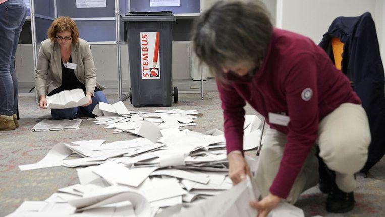 Op het gemeentehuis van Alphen aan de Rijn werden de stemmen nog handmatig geteld. Beeld anp