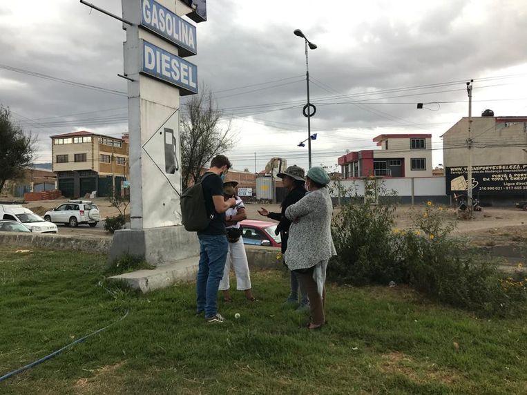 Joost de Vries interviewt jonge aanhangers van de MAS (de partij van ex-president Morales) over een gewelddadige clash in Sacaba, Bolivia. Het leger reageerde met traangas en kogels op een protestmars, elf mensen kwamen om. Beeld Joost de Vries