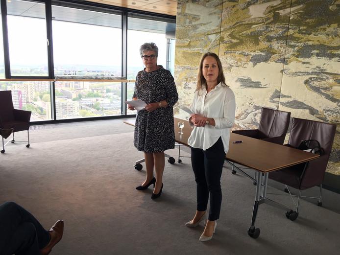 Helmi Huijbregts (links) presenteert in de provincietoren haar advies voor een nieuwe coalitie in Brabant.