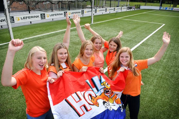 Markelo - Acht meisjes (13-14) jaar van Sportclub Markelo, die zondag bij finale EK voetbal de vlag mogen uitvouwen op veld en speelsters begeleiden