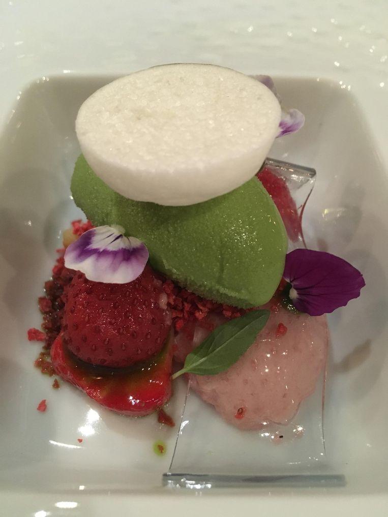 Aardbei met ijs van basilicum en gelei van viooltjes. Beeld Mac van Dinther