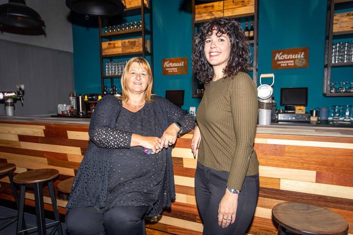 Anita Berrevoets en Simone Rentmeester bij de door vrijwilligers gemaakte nieuwe bar in de hoofdzaal van 't Beest.