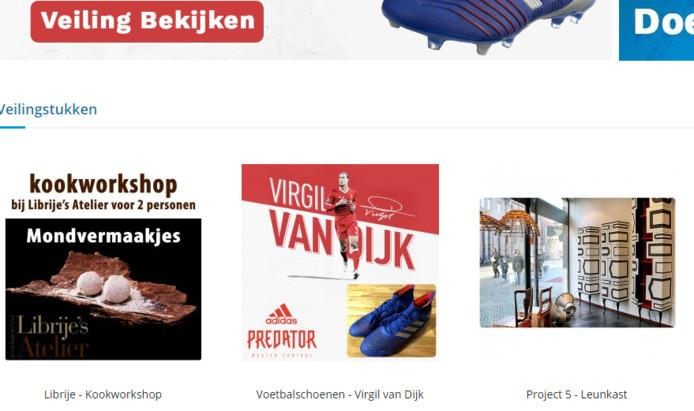 De schoenen van Virgil van Dijk staan tussen een workshop van de Librije en een meubelstuk van Project 5.