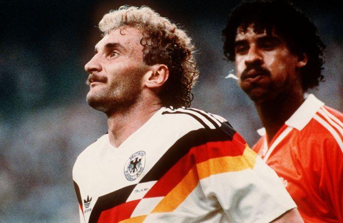Frank Rijkaard spuugt naar Rudi Voller