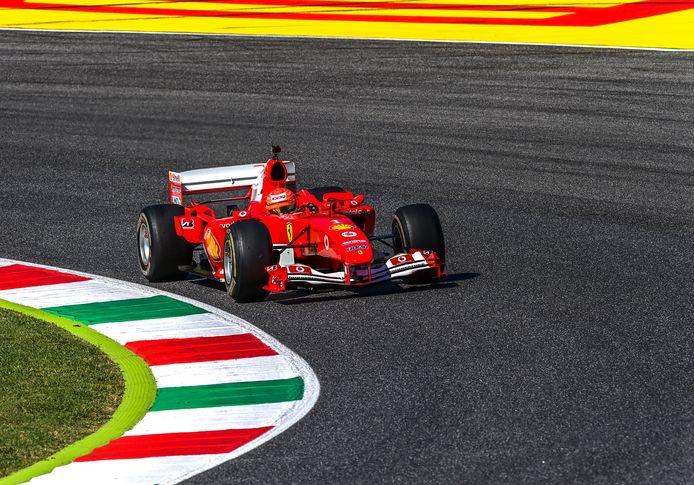 Mick Schumacher in de oude Ferrari F2004 van zijn vader op het circuit van Mugello.