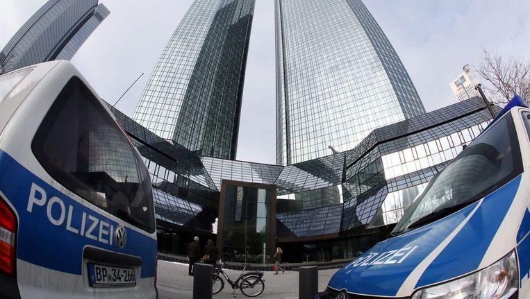 De Duitse politie deed op 12 december een inval bij het hoofdkantoor van de Deutsche Bank. Beeld epa