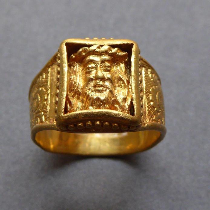 De in 2003 gevonden ring. Vermoedelijk was de eigenaresse een non genaamd Beatris.