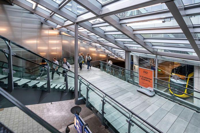 De veelbesproken trap ligt aan de centrumzijde, aan de oostkant van het station, vlak bij het Moreelsepark.