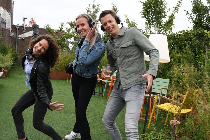 Ilse van den Biggelaar, Nanda Linders en Laurens Niks leven zich helemaal uit op het dakterras van de parkeergarage, dat de komende maanden eveneens deel uitmaakt van de Rooftop Bar Wolvenhoek