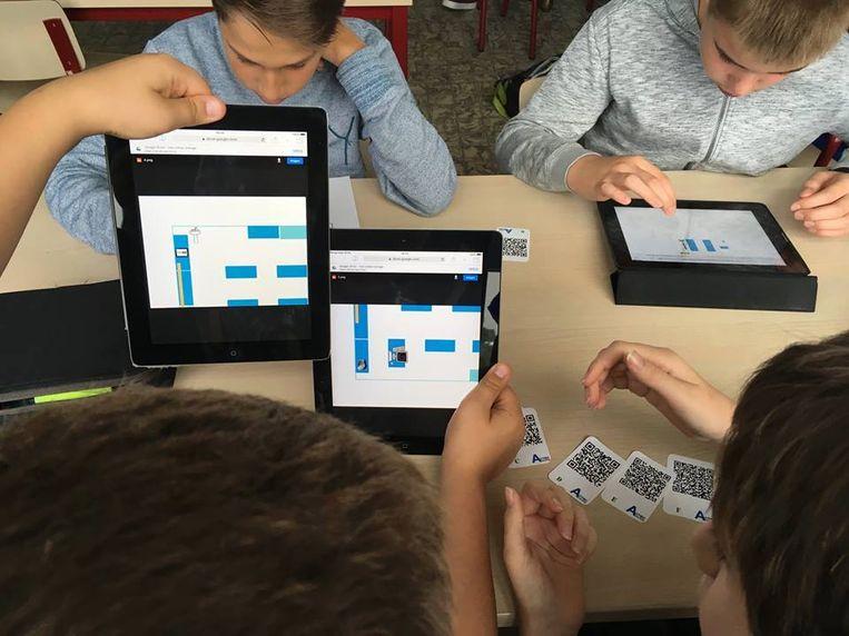 De iPads die de school in haar bezit heeft, kunnen nu worden gebruikt door leerlingen die thuis geen computer hebben.