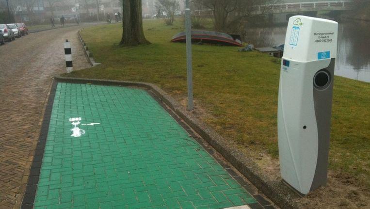 Een laadpaal in een Alkmaarse woonwijk. Stimuleert de opmars van deze palen toch de komst van betere accu's? Beeld