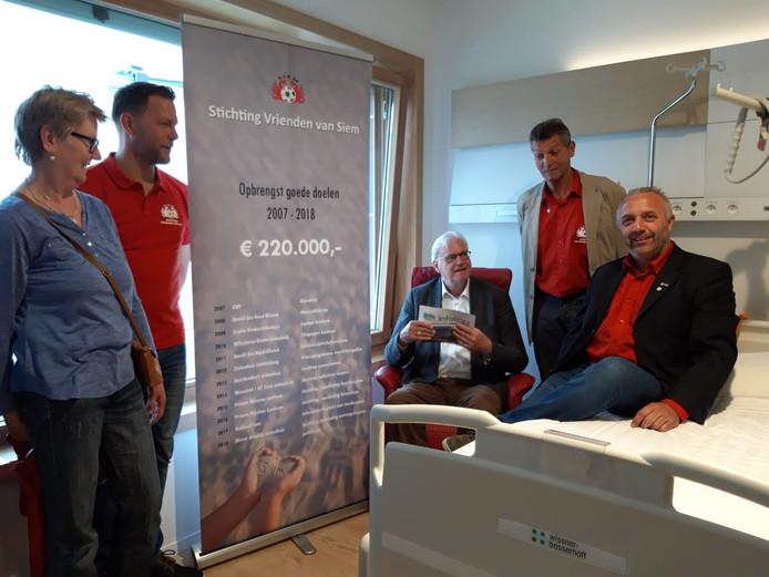 De Vrienden van Siem in de door hen betaalde palliatieve kamer in het AZ Zeno in Knokke.