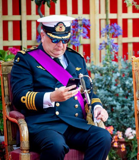 'Enfant terrible' prins Laurent wéér in opspraak: druk met smartphone tijdens militair defilé