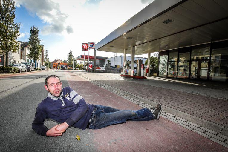 Joachim Van Hecke zag plotseling hoe de straat werd opengelegd en afgezet net voor het weekend, waardoor klanten zijn garage en benzinestation niet meer kunnen bereiken.