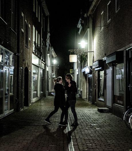 Stel danst nog even stiekem midden op straat in Tiel