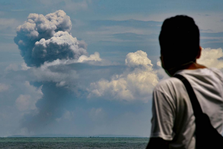 Uit Anak Krakatau stijgt een aspluim op.